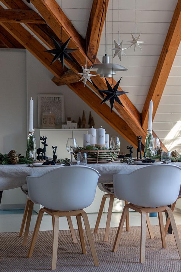 Adventstischdeko modern in schwarz, weiß, natur