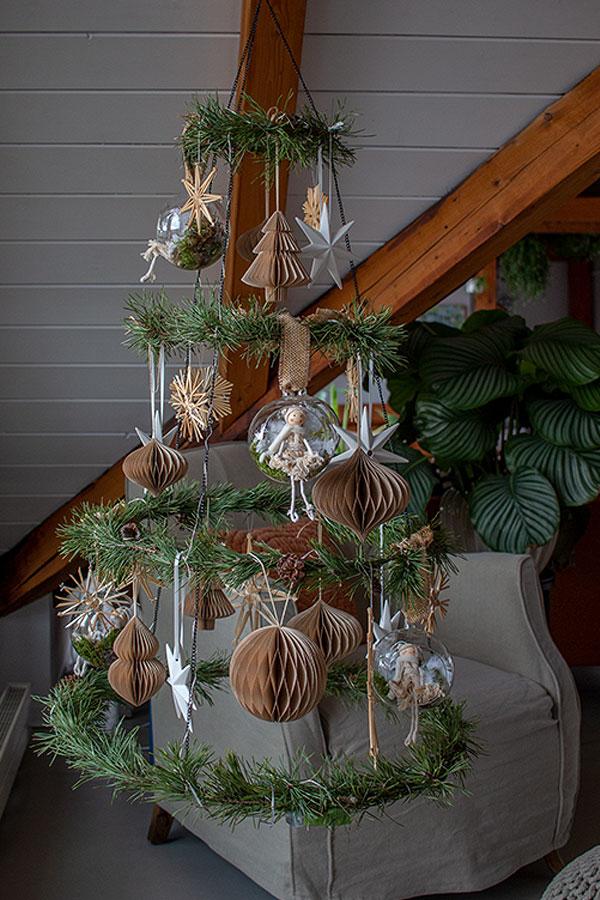 DIY Weihnachtsbaum mit Glaskugeln, Strohsternen, weißen Sternen und Papieranhängern bestücken