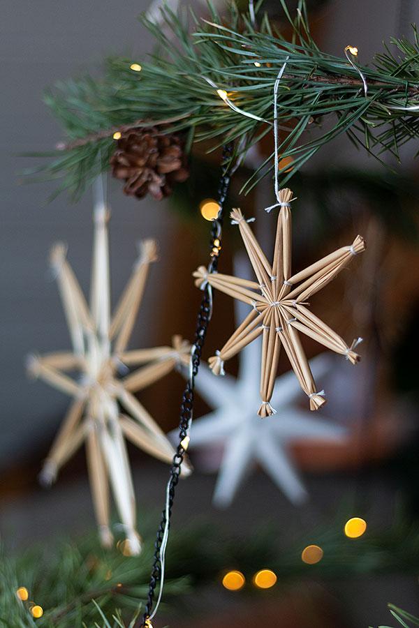Strohsterne am DIY Weihnachtsbaum