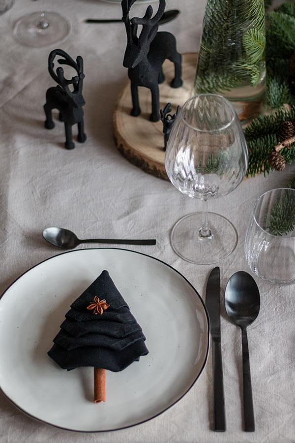 Tannenbaumserviette falten für Adventstischdeko