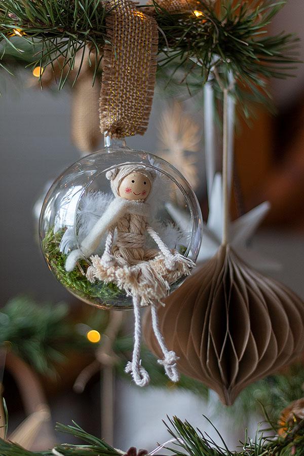 Weihnachtsbaumanhänger Fee in Glaskugel am DIY Weihnachtsbaum