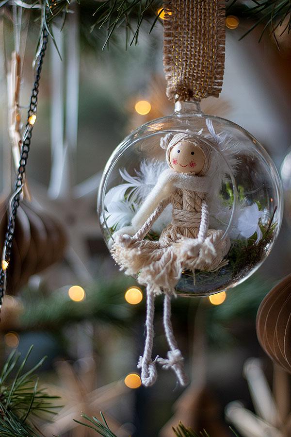 Weihnachtskugel mit Moos auslegen und Anhänger Fee hineinsetzen