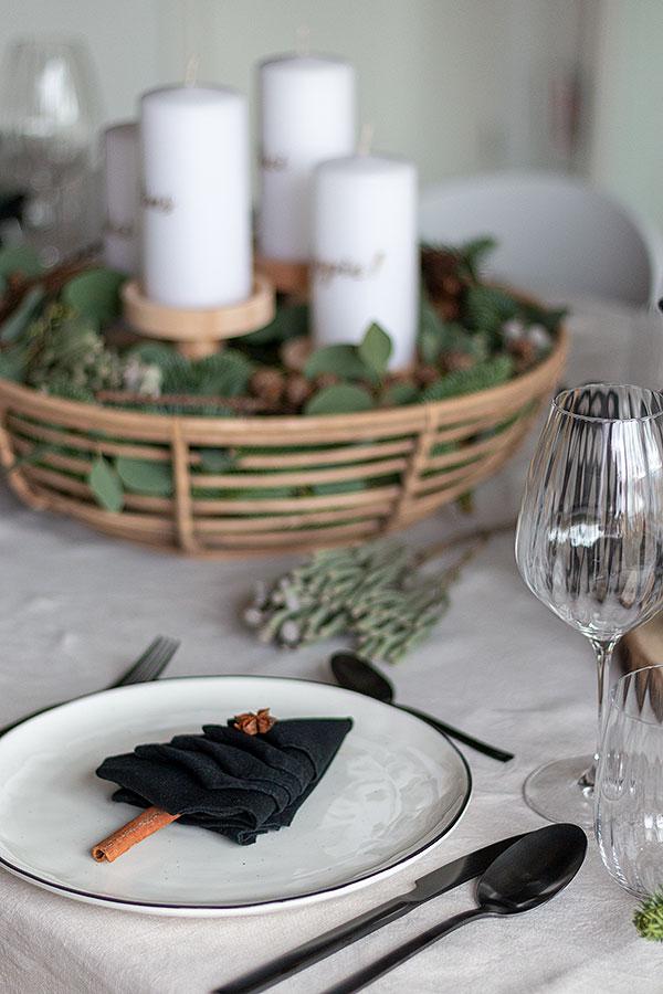 weihnachtliche Tischdeko mit Adventskranz Korb und Tannenbaumservietten