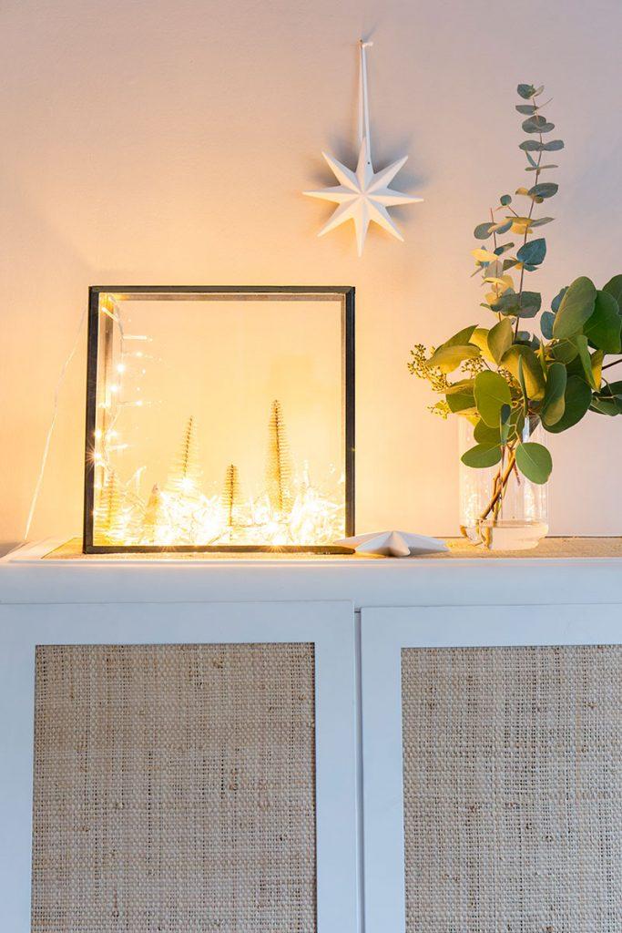 weihnachtsdeko-mit-lichterkette-und-glaskasten