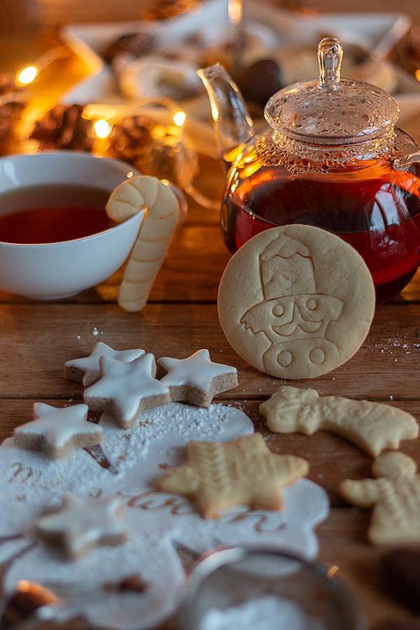 Butterplätzchen und Zimtsterne aus der Weihnachtsbäckerei