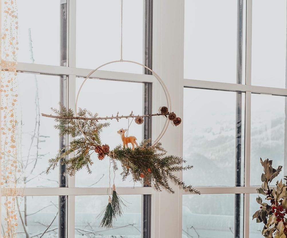 Winterlicher Wandkranz mit Tannengrün und Reh
