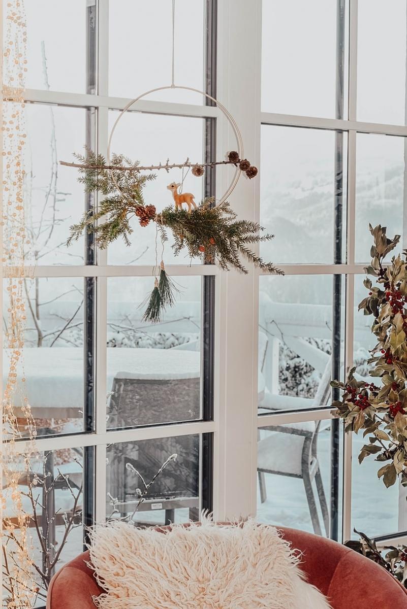 Winterliche Fensterdeko aus Tannengrün