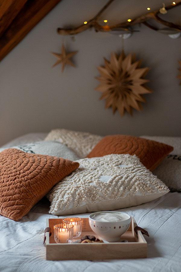 Gemütlichkeit im Schlafzimmer mit Morgenkaffee im Bett