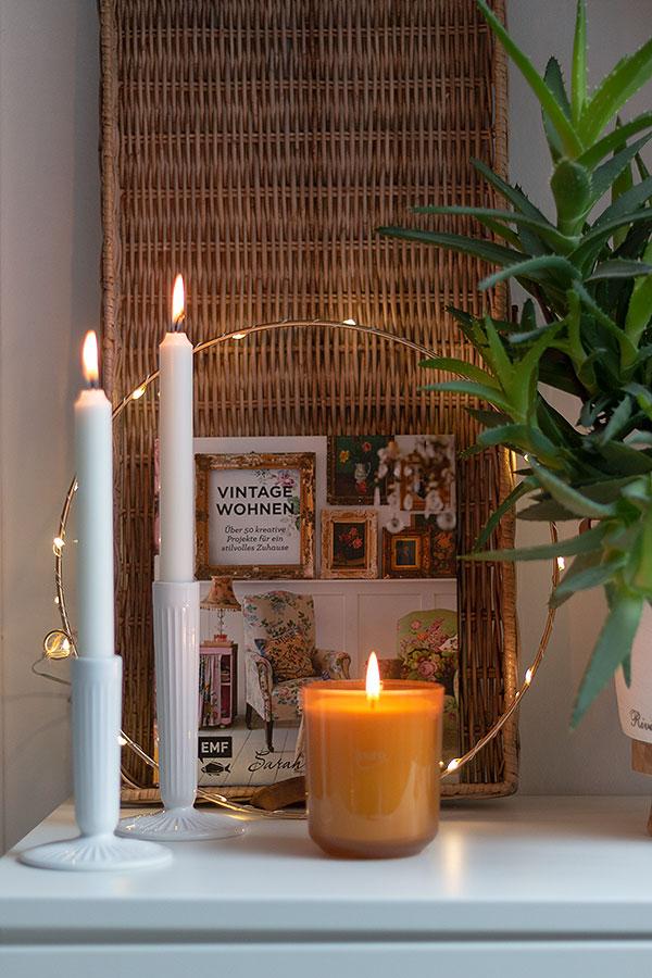 Mit einem guten Buch und Kerzenschein den Sonntag im Bett verbringen