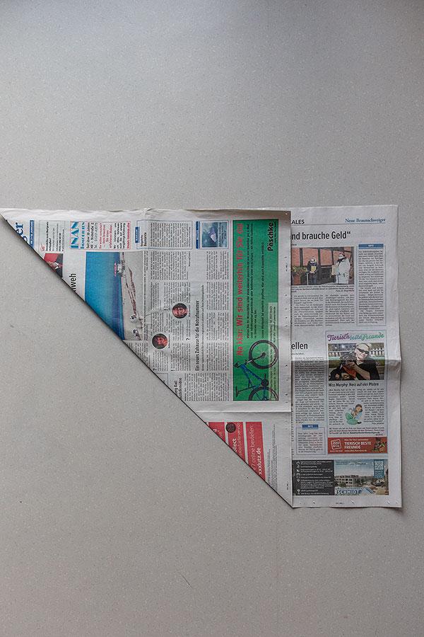 1. Schritt Mülltüten aus Zeitungspapier falten
