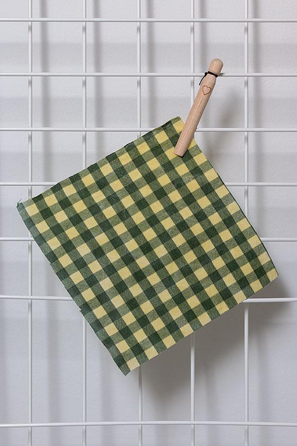 3. Schritt das DIY Bienenwachstuch zum Trocknen aufhängen