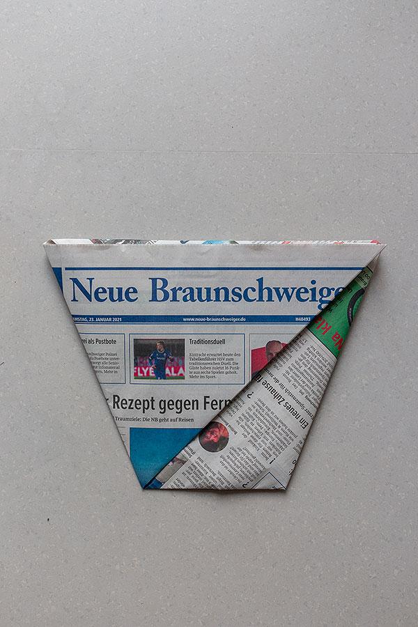8. Schritt Mülltüten aus Zeitungspapier falten