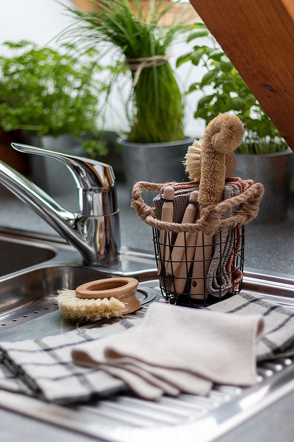 Spülbürsten, wiederverwendbare Spültücher und Geschirrtücher für mehr Nachhaltigkeit in der Küche