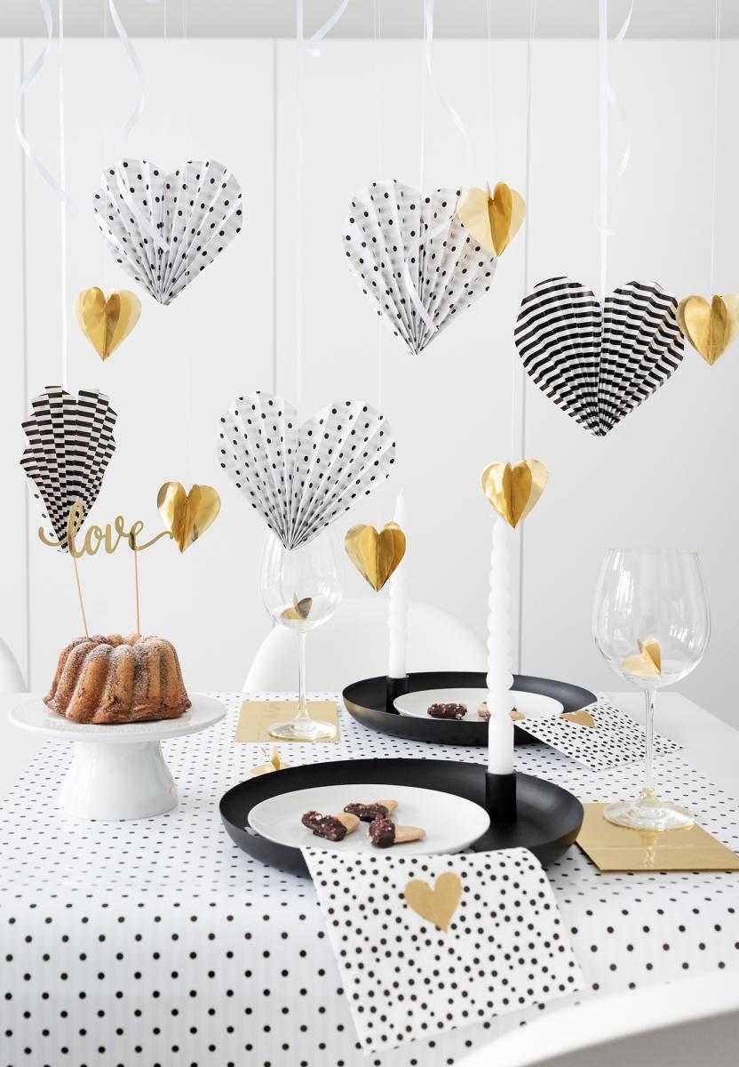 Sweet-Table - Dekoriert mit Papierherzen und süß-herzhaften Valentinsherzen