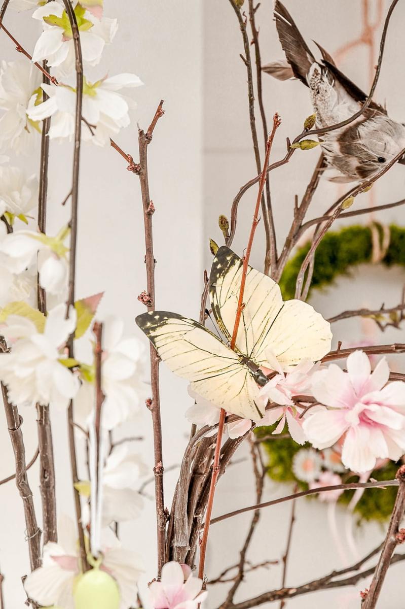 Frühlingsdeko mit Schmetterlingen und Vögeln.