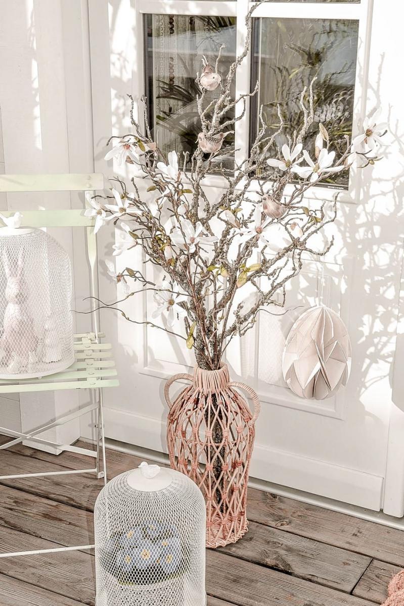 Zweige und Blumen für eine natürliche Osterdekoration.
