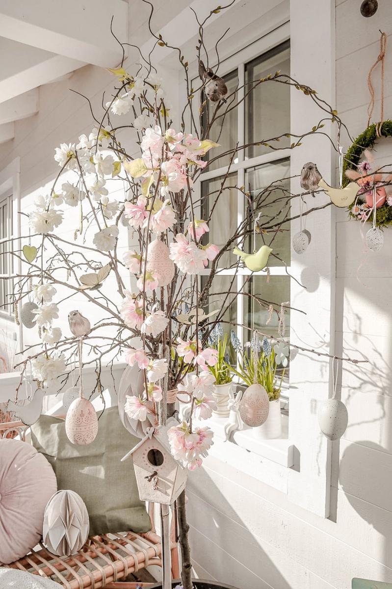 Frühlingsdeko mit künstlichen Pflanzen.
