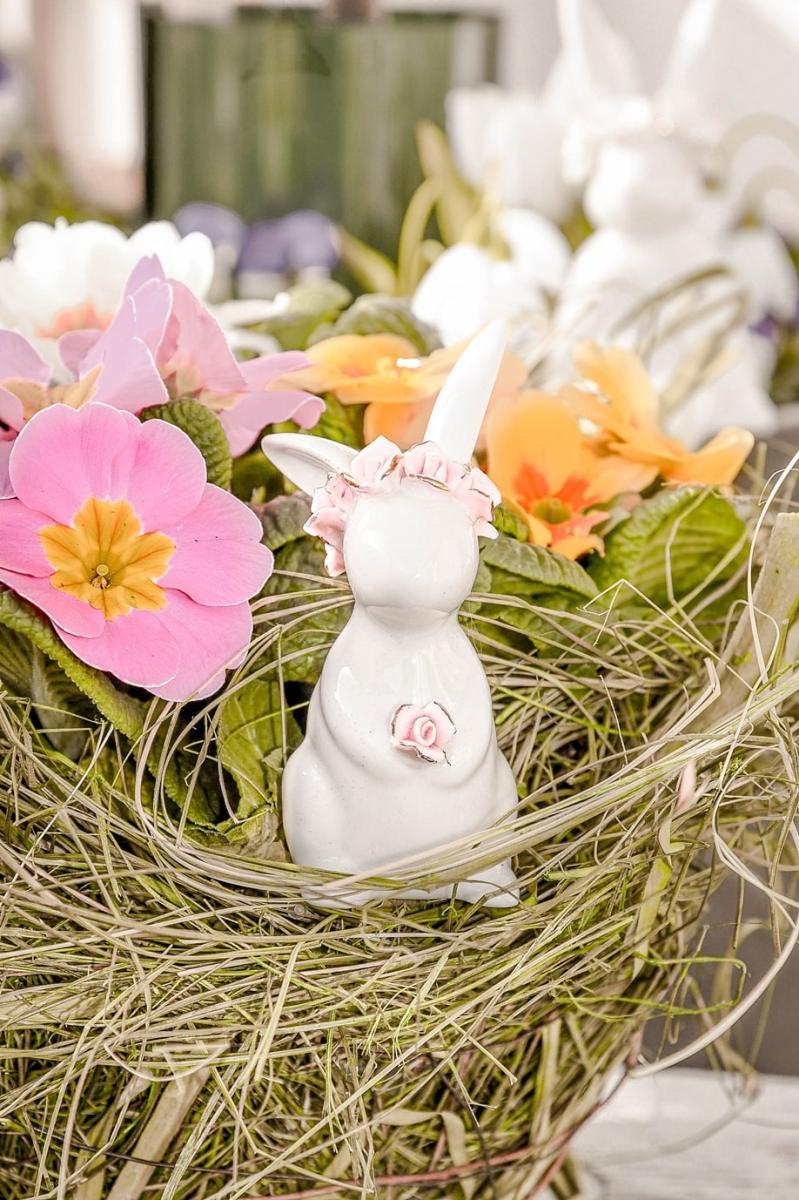 Osterhase mit Blumenkranz.