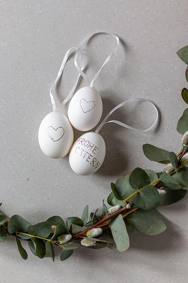 Anhänger Ei mit einem Glanzlackmarker in gold beliebig bemalen oder beschriften
