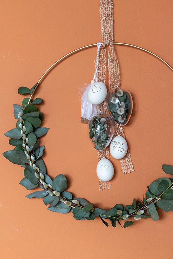 DIY Osterkranz zum Hängen mit Weidenkätzchen und Eukalyptus