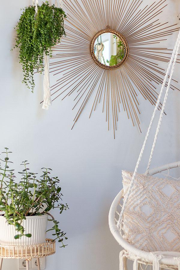 Urban Jungle Look mit Makramee Hängesitz, Sonnenspiegel und Hängepflanzen