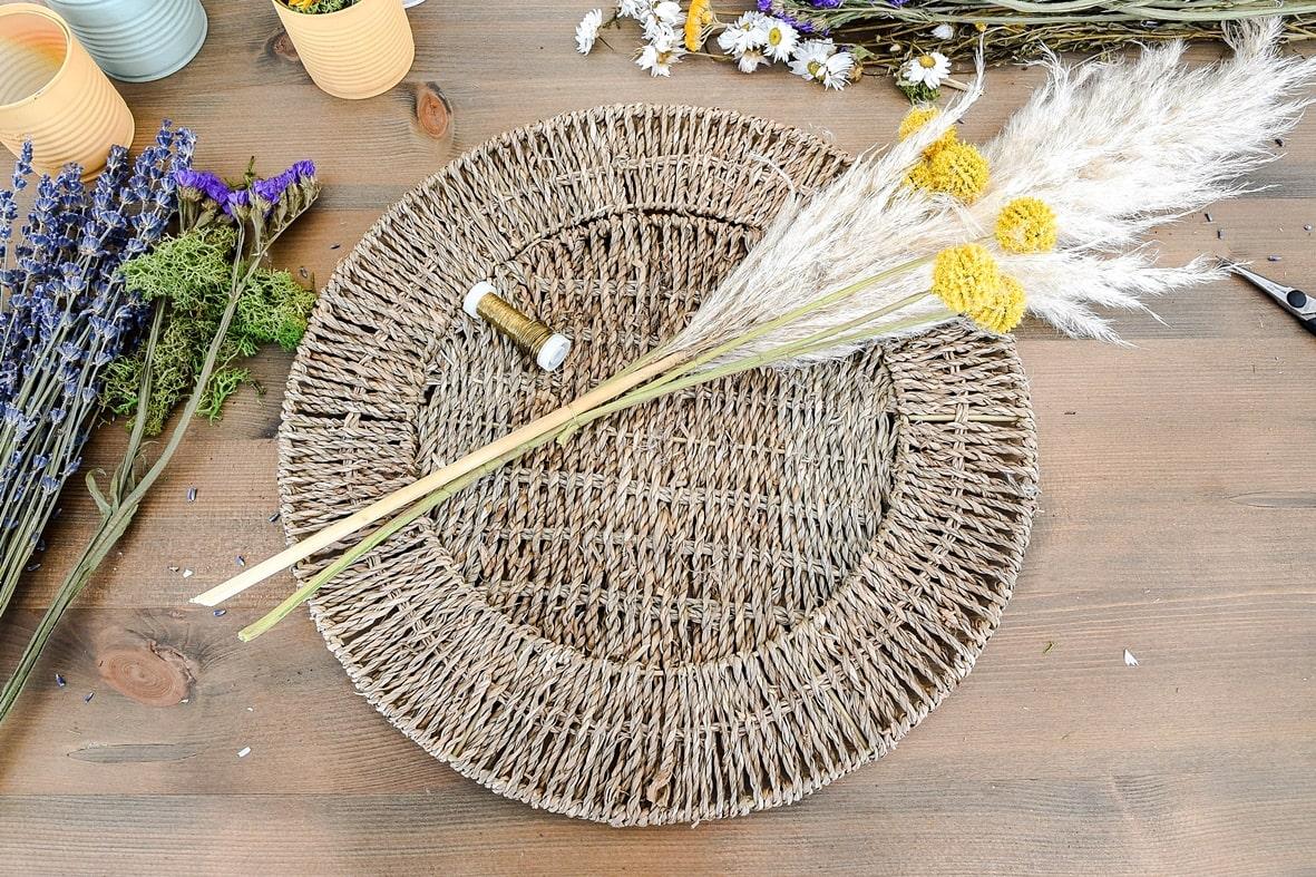 Tischset mit Pampasgras dekorieren.