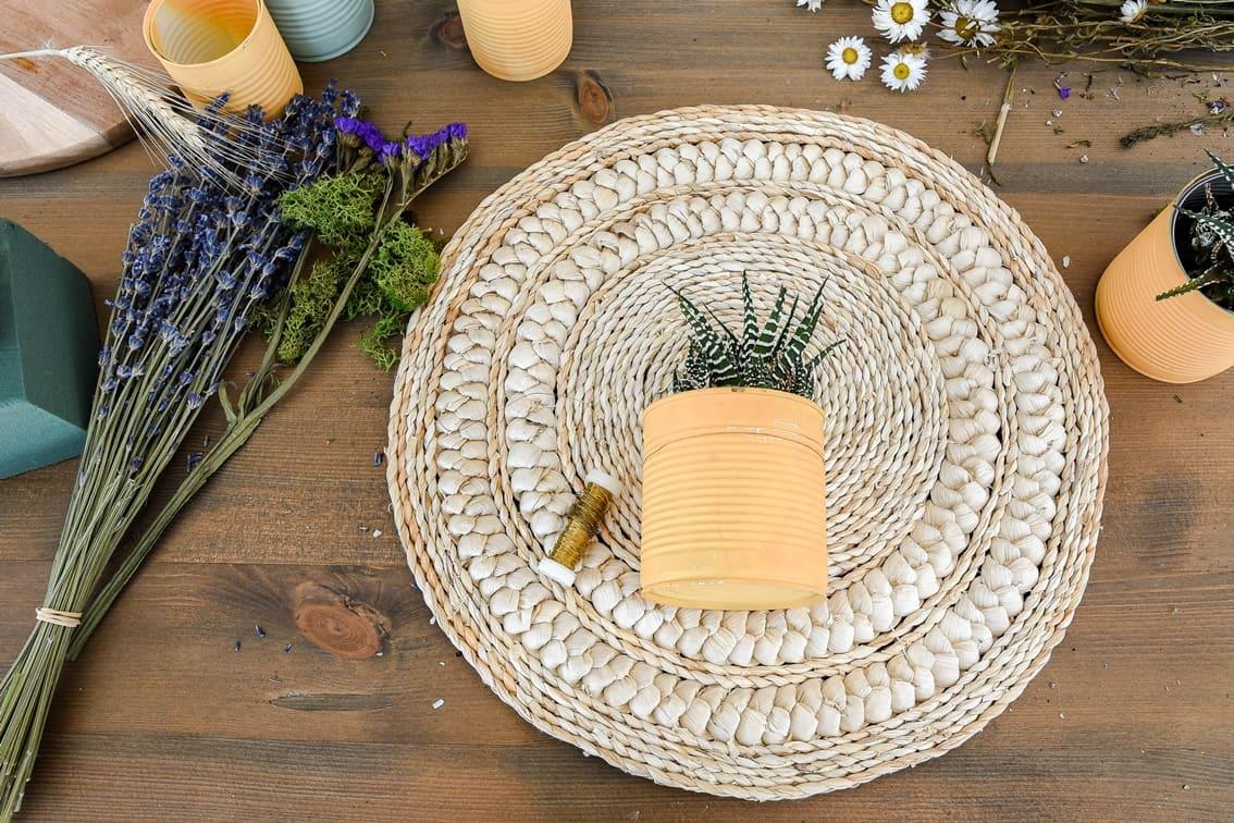 Dose mit Sukkulenten auf Tischset befestigen.